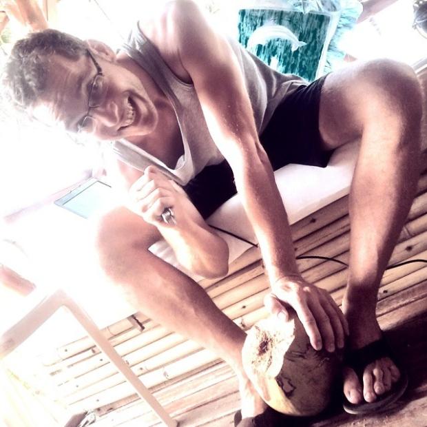 Fotka od Verunky. Muj thajsky muz obstarava kokosove elektrolyty:)