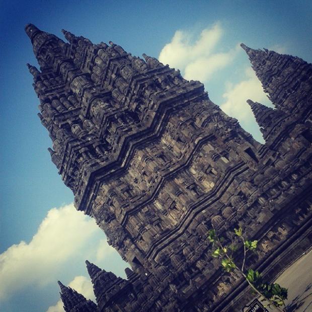 Fotka od Ferdika. Hindu temple poblíž Yogyakarty. Spolu s Borobudurem jediné 2 památky, které tady stojí za návštěvu