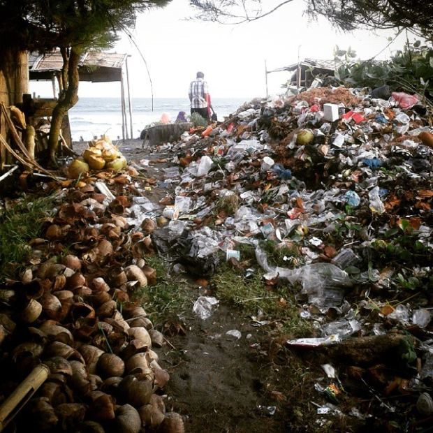 Fotka od Ferdika. Cesta na plaz a plaz u Yogyakarty – jedno z nejhnusnejsich mist na svete
