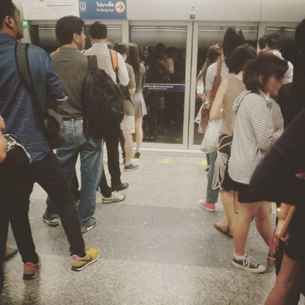 Fotka od Ferdika. Fronta na metro jak na rohliky v # bangkokmetro.