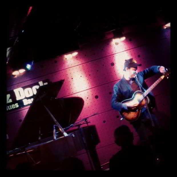 Fotka od Ferdika. Mikulas #jamesharries prave ted v #jazzdock