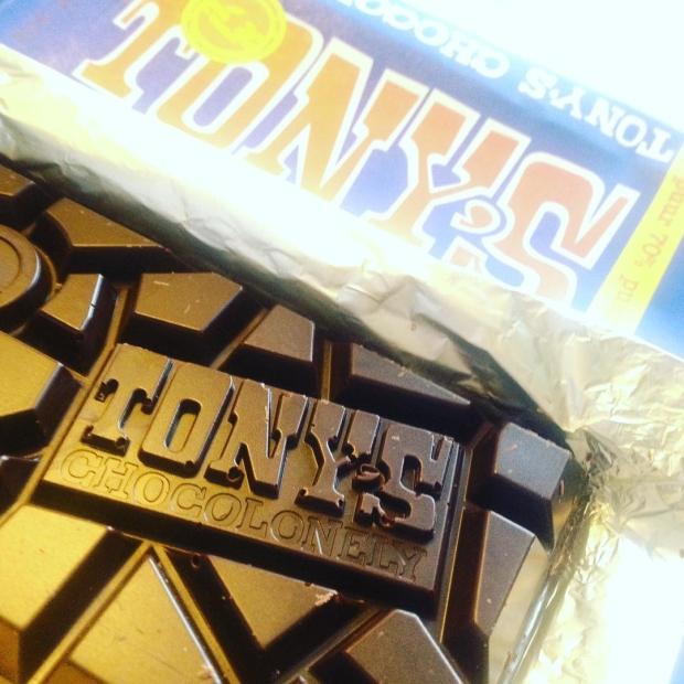 Fotka od Verunky. Tenhle homeoffice s #tonyschocolonely se mi libi!! Kvalitni horka cokolada z Nizozemi, ja & muj #dell 😄#chocoholics #metime #homeoffice