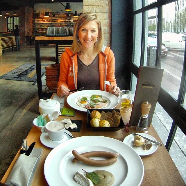 Fotka od Ferdika. 126/366: #Breakfast of #champions in @premier_mercato with @verunkavalent. Great start of the day. #bistrokarlin, #premiermercato, #sausage #realfood, #gopro, #goprohero, #bestoftheday