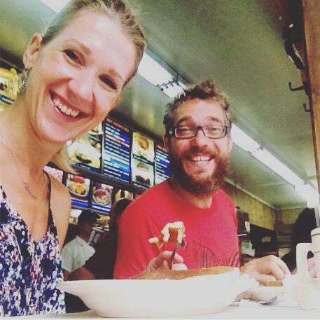 Fotka od Verunky. Za timhle usmevem je samozrejme jidlo z tradicniho americkeho snidanoveho bistra #cupsandsaucers v #nyc v #chinatown Livance, vajicka, slanina, hashbrowns a bezedny kafe - to muzem!