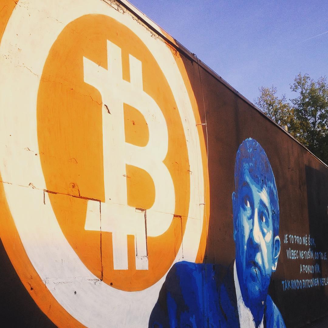 Fotka od Verunky. Moje oblibena streetartova zed v Holesovicich.Tentokrat Babis zdeseny existenci #bitcoin 😹