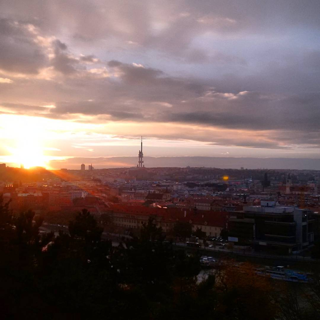 Fotka od Ferdika. 296/366: Good morning #Prague! #sunrise, #morning, #goodmorning, #morningrun, #easyrun, #run, #running, #runner, #praguerun, #panorama, #city, #bestoftheday, #instarun, #picoftheday, #stalinpraha