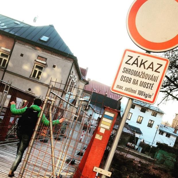 Fotka od Verunky. Historicky most ve #vrchlabi a nase vanocni kila-to moc nejde dohromady