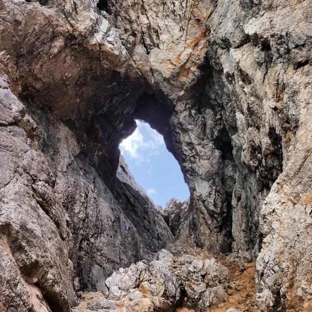 Fotka od Ferdika. Amazing #route / #ferrata on #Prisojnik (2547m) than to #Malirazor and back to #Vršič. The first #mountain #window on the picture. #trail, #trailrun, #hike, #klettern, #nature