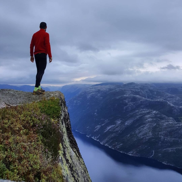 Fotka od Ferdika. Last day in #Norway 🇳🇴. Waked up at 5am to catch the sunrise at #pulpitrock – #preikestolen. There are also amazing #views from #Neverdalsfjell where I took this #photo. #trail, #trailrunning, #trailrun, #fellrunning, #fjord, #nature, #mountains
