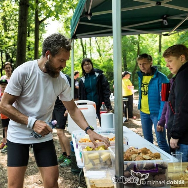 Throwback to #SUTR ultra trail 2018. After 17km I was on 4th position, 5 minutes behind 1th place taking quick #refueling. The #race was just at the beginning…Thank you all for the unforgettable #atmosphere &keep your fingers crossed for #krakonosovastovka this Friday. 📷@michael_dobias  #throwback, #tbt, #ultra, #ultratrail, #trail, #running, #fellrunning, #prague, #praguerun, #praguetrail, #sarka, #baba, #podium
