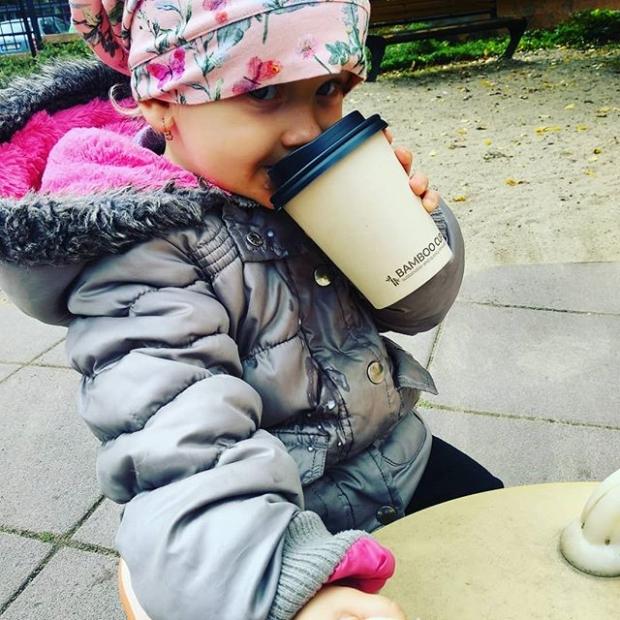 Fotka od Verunky. Moje prvni #babycino💛 #elismarja nemuze delat jen jednu vec..houpat&bumbat naslehany mliko 🥛☕ jedine naraz! My first babycino 💛 #velkaholka #coffeetime #tveecoffee