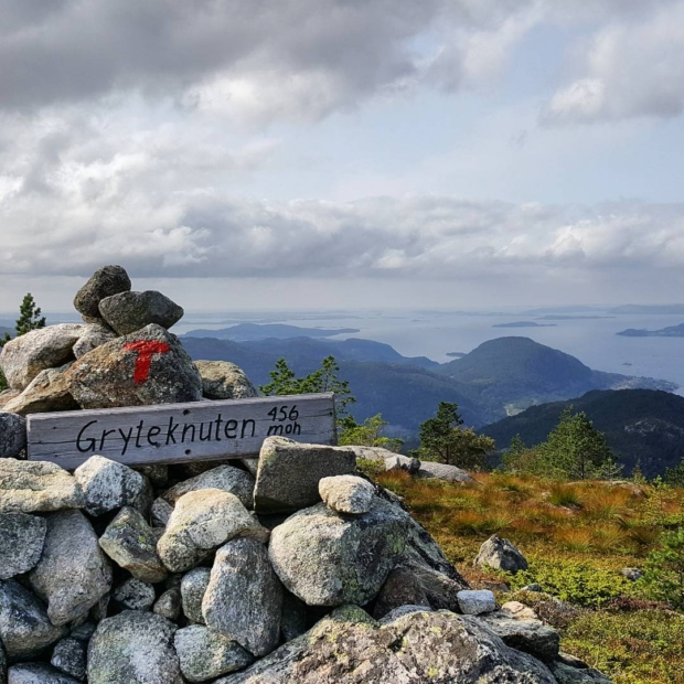 Fotka od Ferdika. #gryteknuten near #preikestolen – my first #peak in #Norway. #fellrunning, #peaks, #fjord, #nature, #hills, #mountains